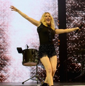 ellie goulding lights up bell centre